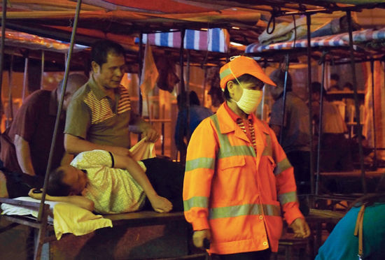 环卫工人来回帮忙,维持盲人按摩点的良好卫生环境。南国早报记者 何定坚 摄