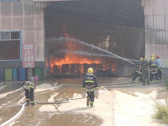 值班人员发现火情后,迅速组织人员自救,由于蔓延速度过快,火势无法控制。
