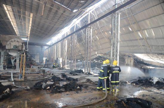 消防官兵一次次在进与退中迂回扑火。