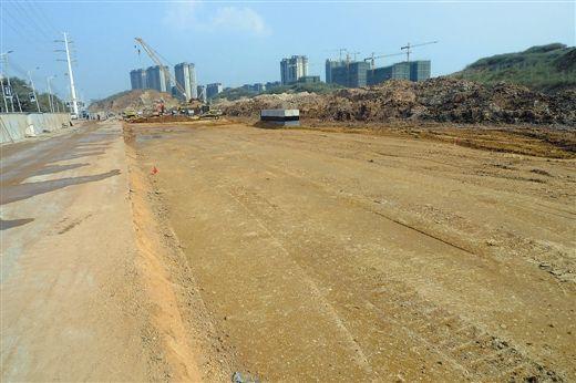 经过通宵施工,佛子岭路改扩建工程的部分地下管道已经埋好,接下来将进行路面平整。南国早报记者苏华 摄