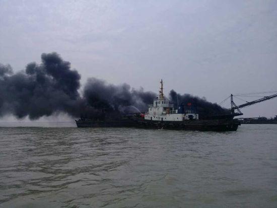 一艘挖沙船突然起火,整条船被引燃。