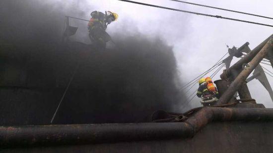 现场挖沙船冒着滚滚黑烟,整条船都在燃烧,船舱有大约10顿柴油。