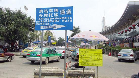 这块立在公交总公司停车场与景生大酒店停车场入口处的指示牌,不注意看的车主很难明白车子可右拐。南国早报记者谢奎 摄