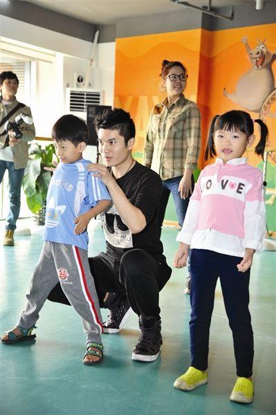 李璋亮(中)在教小朋友跳舞