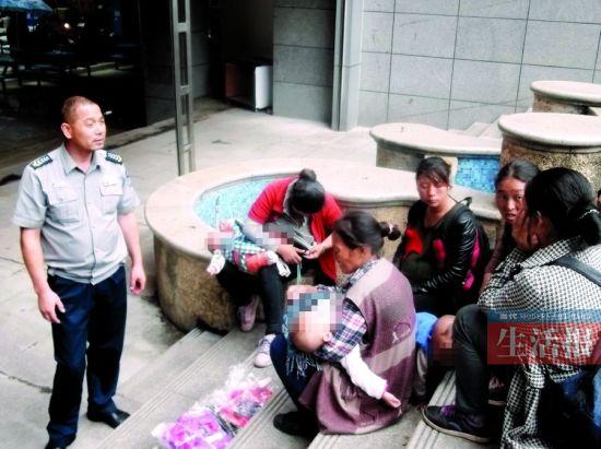 孕妇带小孩偷东西被抓。图片来源:当代生活报