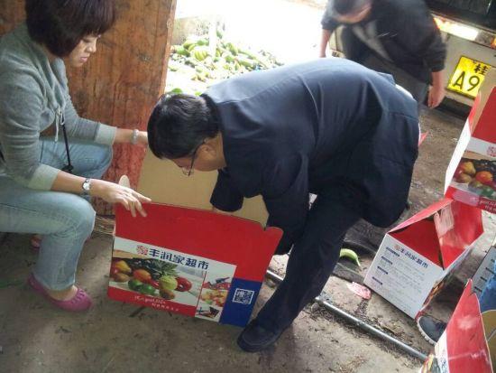 梦之岛工作人员在坛洛采购早熟香蕉。图片来源:新浪广西