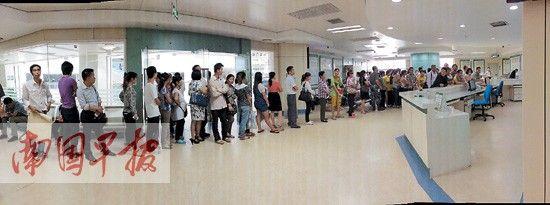 10月15日下午2时,广西医科大学第一附属医院外科室内,患者排起了长龙。南国早报记者邹财麟 摄