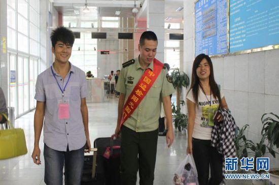 党员官兵帮助旅客运送行李