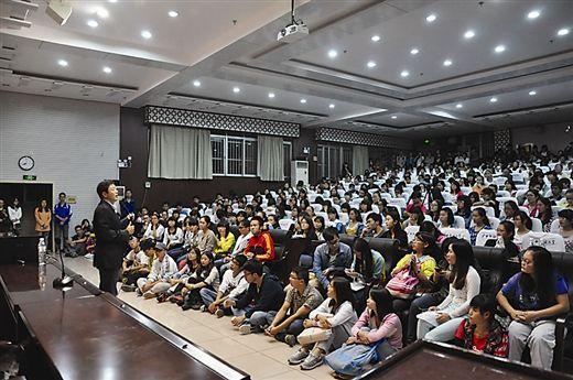 金兰都正在为广西民族大学的师生演讲(南国早报记者李丽/摄)