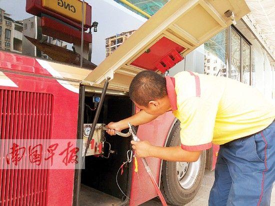 在五一路加气站,一位师傅在给天然气公交车加气。南国早报记者 张孟君 图