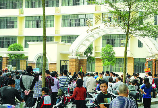 23日下午放学阶段,南宁市经开区一小学门口站满了前来接孩子的家长。南国找记者 程浩楠 摄