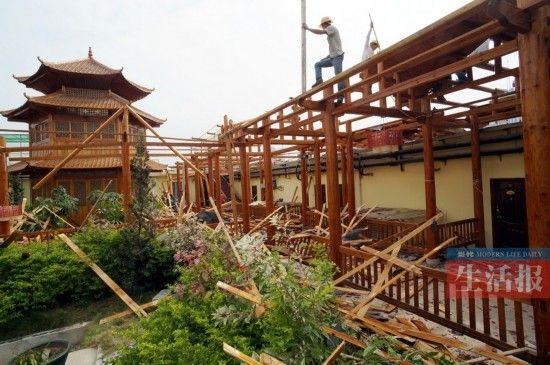 """该""""宫廷""""酒店的木质结构部分(回廊"""
