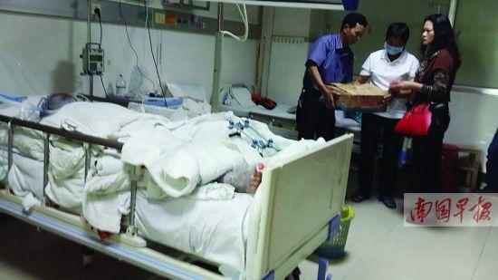 好心人到医院看望慰问冯达川。南国早报记者 赵敏 摄