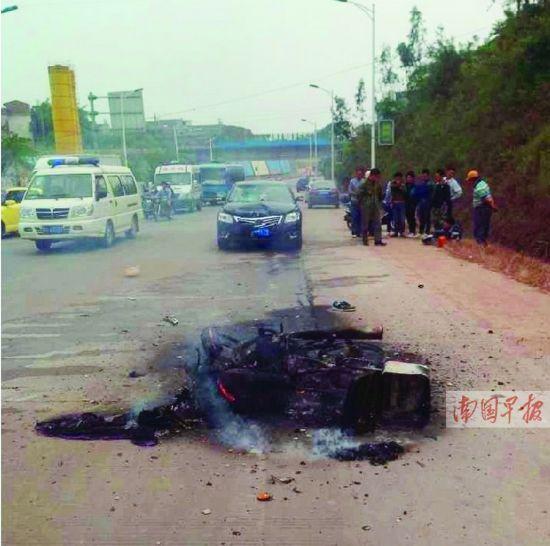 事故现场,摩托车被烧得只剩下铁架。 网络截图