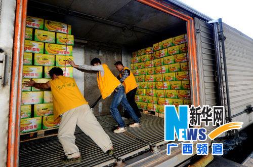 在广西百色火车货运站,工人将香蕉装车。新华社记者 韦万忠 摄