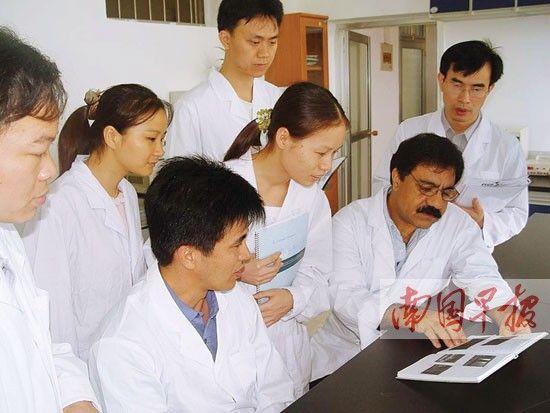 马萨·康(右二)与广西兽医研究所的团队进行合作研究。广西兽医研究所供图
