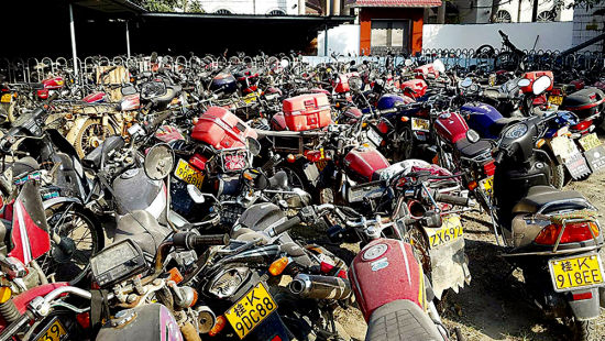 被扣车辆扎堆在露天停车场。南国早报记者 赵敏 图