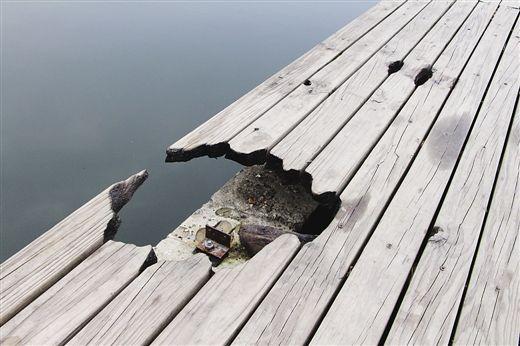 木质望水台被烧出一个大洞。 南国早报记者 何秀 摄