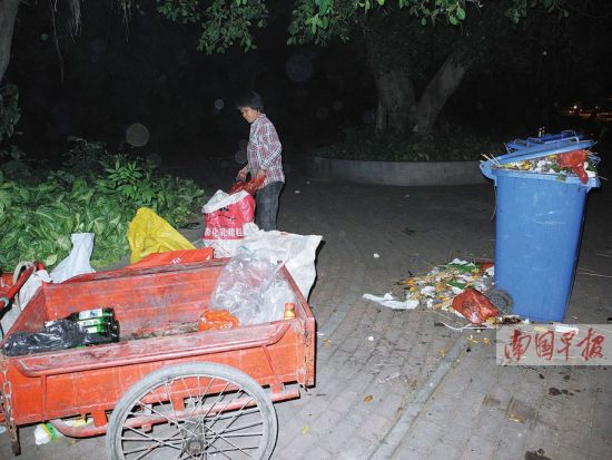 堆满水的垃圾桶的图片
