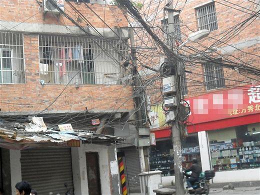 一些城中村的电线乱得如同蜘蛛网,有火灾隐患。生活报见习记者 邓子霖 实习生 陈猛火 黄婉茜 图