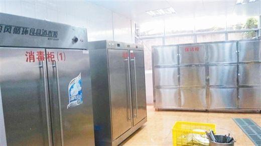 改造后的逸夫小学食堂内消毒柜、保洁柜等一应俱全。图片来源:当代生活报