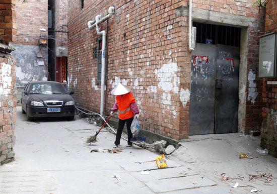 在万秀村一个小巷里,环卫工人在清扫垃圾。南国早报记者 苏华 摄