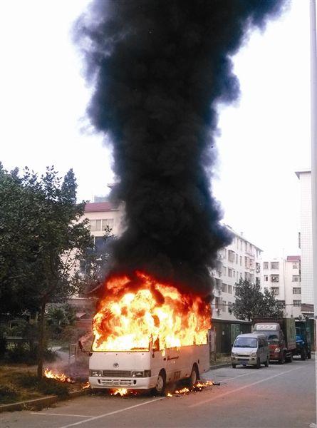 中巴车着火现场。
