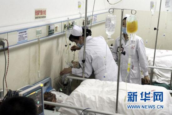 11月2日,岑溪市人民医院的医护人员在抢救炮竹厂爆炸事故的伤者。新华社发(马震宇 摄)