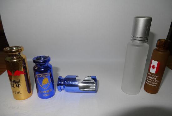 """左边是""""土豪装""""的瓶子。中间是瓶子内部的镀层实况。右边是普通的瓶子。记者 梁锋 摄"""