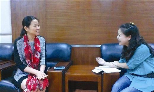 黄菡(左)在接受本报记者采访(李伟/摄)