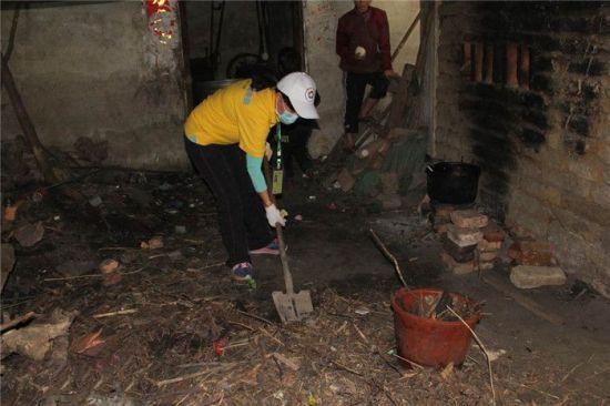 网友在清理彭家垃圾。南国早报 记者许海鸥 摄