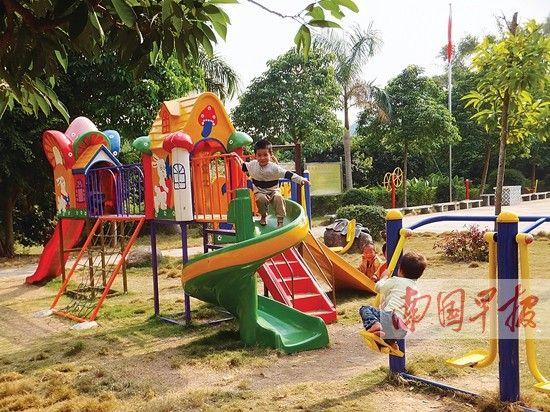 """孩子们在浦北县车木阁自然村的""""儿童家园""""游乐场玩耍。南国早报记者 赵劲松 摄"""