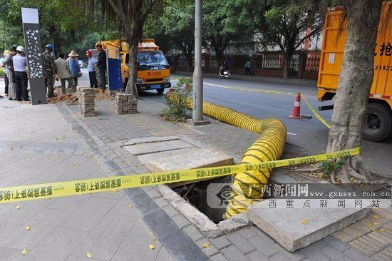 中国燃气公司工作人员正在对管道进行抢修。通讯员 区翔恩 摄
