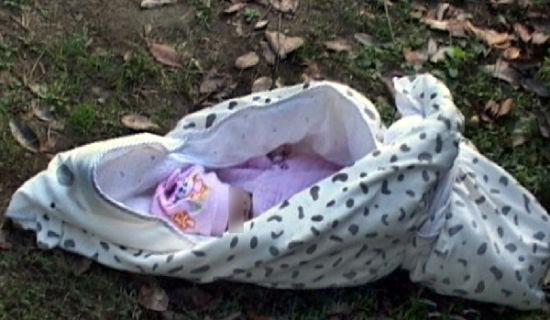 南京玄武湖公园内,晨练的市民发现一刚出生婴儿被遗弃活活冻死。
