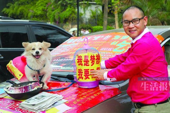 """王江和他的乞讨""""家当""""。当代生活报记者 何学俏 摄"""