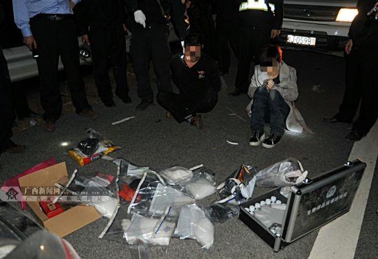 未来得及弃车弃毒逃逸的男女毒贩被人赃俱获。广西新闻网通讯员 吴长鹰 摄
