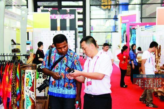 潘少峰(右)在会展为外国展商答疑解惑。(警方供图)