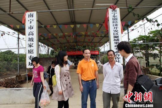 游客在家庭农场体验特色农业观光游。杨志雄 摄