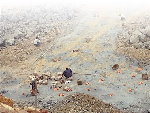 工人在拆炸药。当代生活报记者 周政光 摄