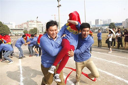 """南宁:农民工运动会上演""""抢媳妇""""(图)"""