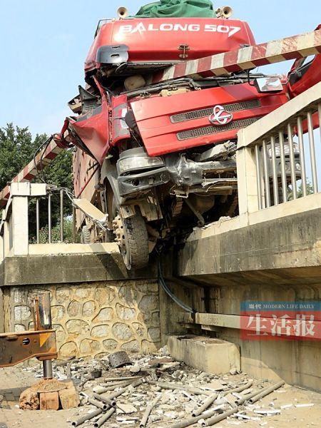 货车车头夹在护栏中间。当代生活报见习记者 莫绍杰 摄