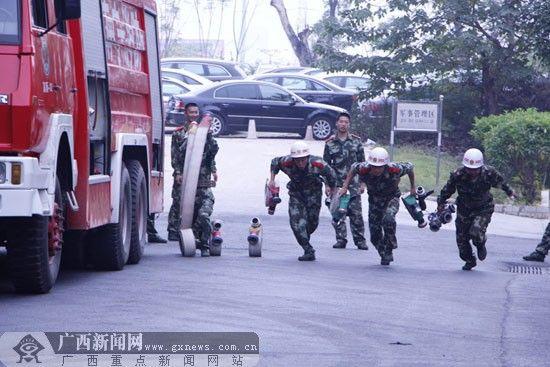 图为消防战士三干线出三支水枪操训练。广西新闻网记者 利雪娟 摄