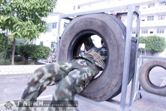 技术综合操训练。广西新闻网记者 利雪娟 摄