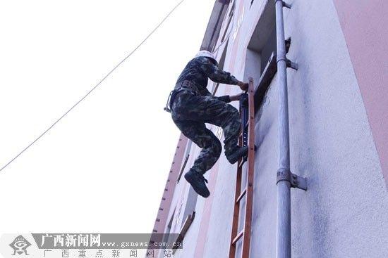 挂钩梯训练。广西新闻网记者 利雪娟 摄