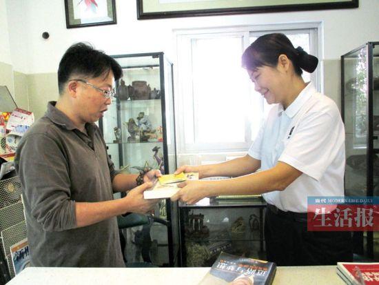 赵医生的图书开始了漂流之旅。当代生活报见习记者 邓色迎 摄