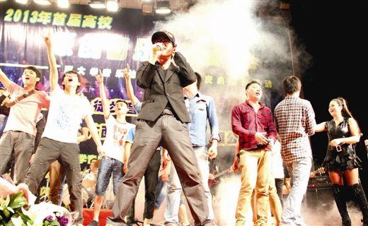 林惠明高歌《海阔天空》,乐迷们冲上台去大合唱