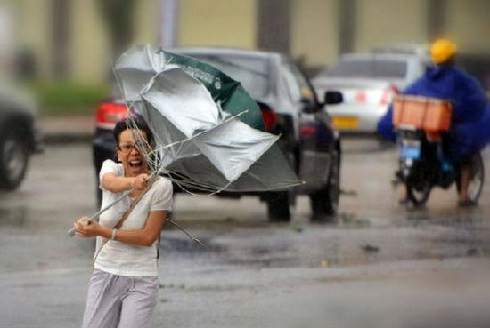 """台风""""海燕""""给人们的出行带来不便。来源:网络"""