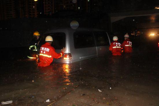 消防官兵水中推车。