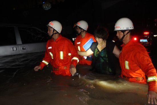 消防官兵将被困人员救出积水区。图片来源:北海消防