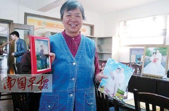 领到婚纱照,老人十分开心。南国早报记者 廖艳明 摄